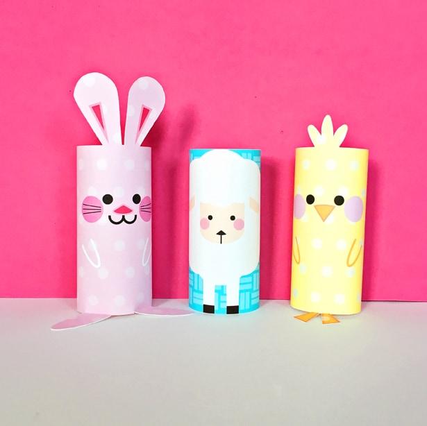 Un conejito rosa, una ovejita y un pollito hechos con rollos de cartón.